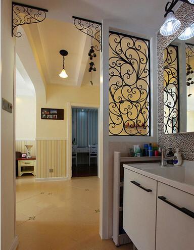 这里的浴室柜隔出一些空间,买了个收纳架,收纳问题解决不少