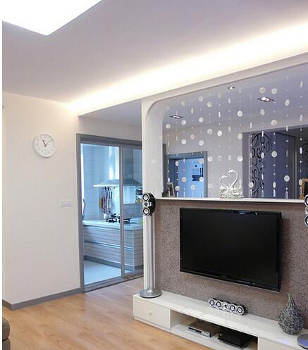 简单的白色电视柜,喜欢这种半截的高度,能将空间延伸开来