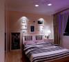 床头墙上淡粉色的墙漆,配以床头背景墙上的照片,凸显主人活泼可爱以及追求个性的性格。规规矩矩的卧室顶面简单的走一圈石膏线,将现代简约的设计体现的淋漓尽致。
