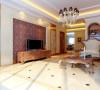 1、电视背景墙简单庄重,与空间整体相协调;2、精心设计的欧式家具,展现出恰到好处的优美线条;3、室内精心摆放的装饰陈设,以各种柔和色系的物料互相搭配,重点突出房间多层次的面貌。