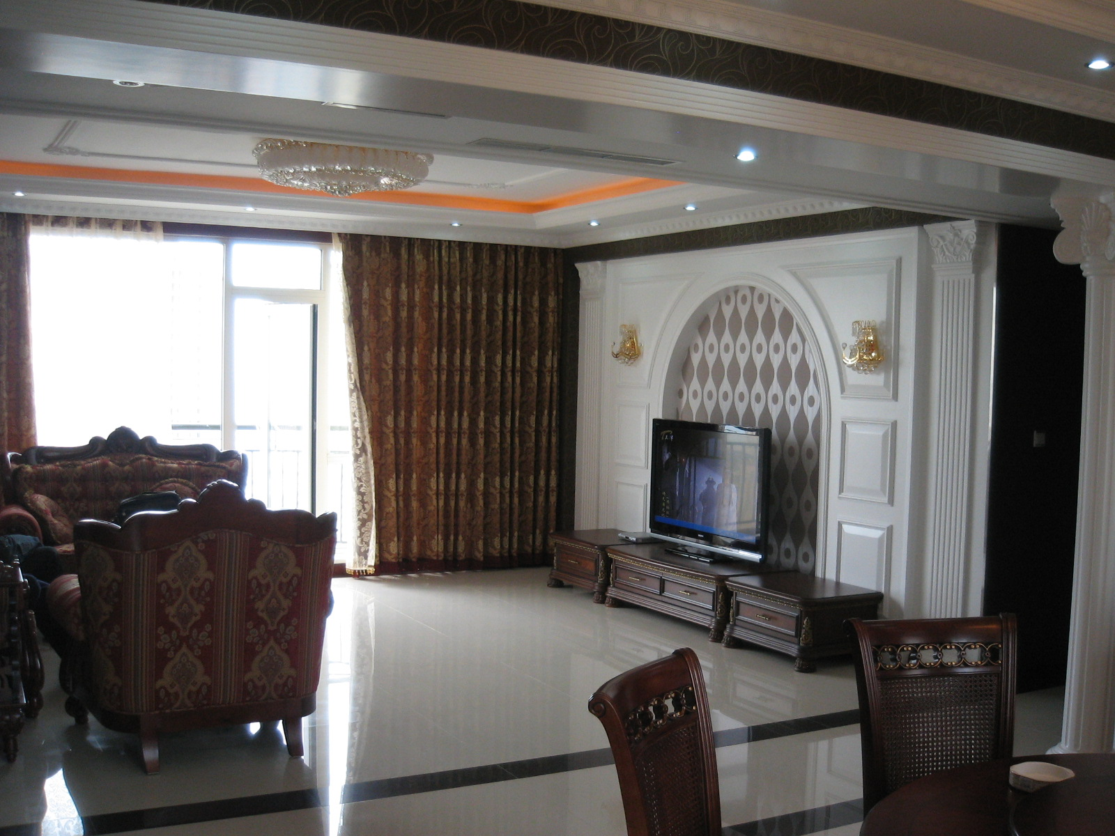 客厅图片来自武汉实创装饰在老夫妻钟爱的古典元素的分享