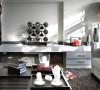 黑、白、灰色调组成的客厅,摆放的全是简约式家具,冷调的配色和笔直的线条将现代气息毫无保留地展示出来。