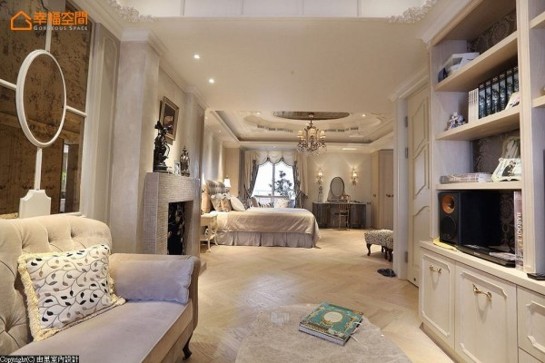 呼应着睡眠区域的仿古镜面元素,沙发背墙段落由里室内设计加以线板造型,巧藏管道间的维修机能。