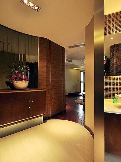 每个空间都设计的非常独特,过道更是无可挑剔的,靠墙做了收纳的强大的鞋柜。