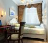 此刻显得高贵典雅,暖色的沙发那典雅的纹路,仿佛诉说着一段陈年往事,两相柔合之下,使空间既有时尚美,又不乏前卫时尚的感觉。镂空雕花玄关,富有节奏感。