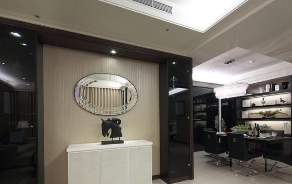 以威尼斯镜和玻璃展示柜,建立走道的精致印象。