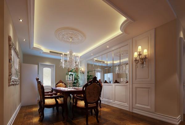 暗藏灯光的吊顶,精美的圆形石膏和水晶来做装饰,加上墙面的镜面,晚餐时的灯光更为迷人,贵气加大气的风格,在搭配实木家具最能完美展现的质朴感觉。