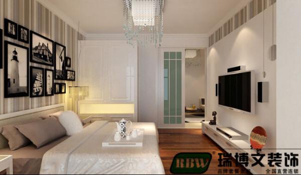 客厅改为卧室之后,客卧两用,满足卧室的前提下,注意美观效果,电视墙是不可避免的。采用石膏板造型,壁纸呼应,层次清晰,打磨光滑,富有立体感