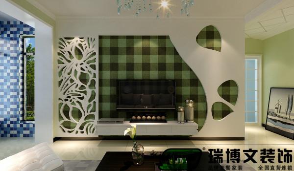 106平的两室面积相对比较宽敞,电视背景墙的设计师是入户的一个亮点,电视墙采用的是整体的石膏板、壁纸搭配镂空的石膏板。