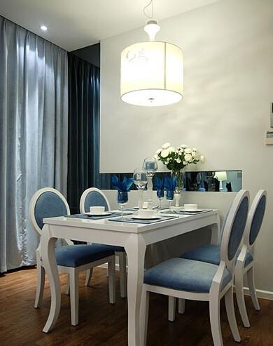 餐厅在简约风中透着点新古典气质的味道,当然也是以蓝为主旨的……