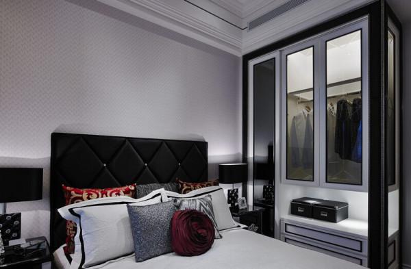 取自蓝碧嘉画作的黑白红色调,不大的空间透过衣柜玻璃材质来放大。