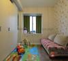 小小的儿童房里贴满色彩墙纸,小飘窗外加墨绿窗帘,带来童话故事里的缤纷想象。用沙发床替代普通的儿童床,节省了占地空间,白天有客人来访,这里可以暂且当娱乐室一用