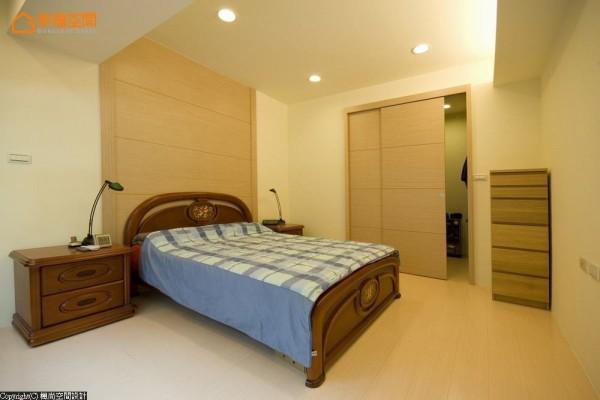 床头主题选择了内敛知性的浅色木纹,与更衣室门片形成连结呼应。
