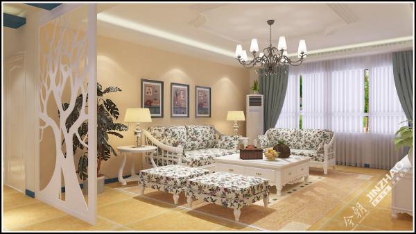 客厅沙发选用了美式田园风常见的碎花沙发,甜美中不失情调。