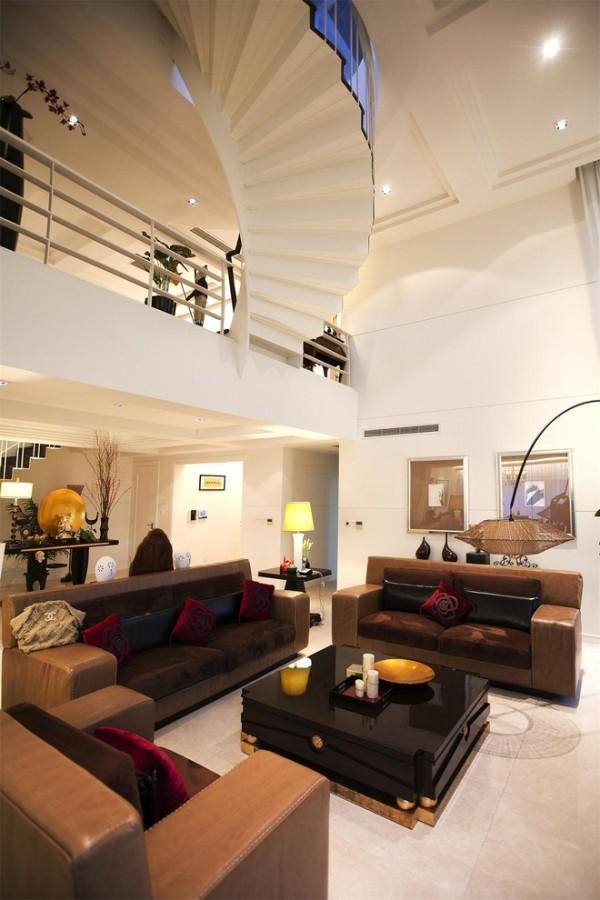 """客厅:纯白挑高空间,旋转楼梯,让思维零压力。原有沙发的色调是很耐看的大地色系,但缺乏灵动和温煦,搭配大红浮绣靠垫之后,家的暖意立即呈现。"""""""