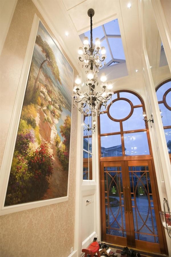 """门厅玄关:北美式穹顶对接来自圣殿之音,米色墙纸与银白色水晶灯被装饰油画的地中海繁花簇拥成一种高贵的柔和。由于门厅比较狭长,吊灯我们选用了双层精致瘦长款,很和谐。"""""""