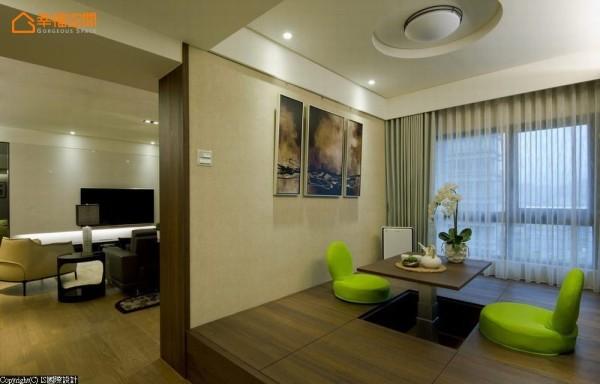 电动式的升降桌,满足饮茶、阅读、桌游、客房等多功能使用,四周八格地板下收纳成为家中的小储藏室。