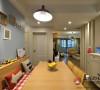 设计师将餐厅设计的极为别致,一半是卡座,另一半是可扩充的小餐台和餐椅。顺实木色彩和客厅里的黄色彼此呼应,相得益彰,而浅蓝的墙色及照片墙运用,给餐厅又抹上轻松氛围。