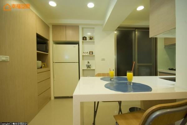 预留恰到好处的冰箱位置,顺着餐柜转折维持构面的利落完整。