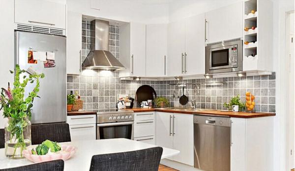 餐厅就在厨房内部,周末的时候可以邀请朋友一起来做饭吃。将冰箱内嵌在墙面内,使得厨房内的活动空间又流畅了许多。