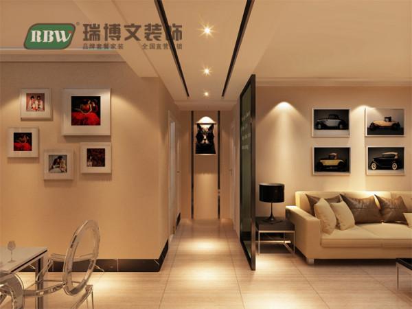 走廊吊顶,中间镶嵌两条黑色茶镜,与顶端玄关形象墙相呼应,安装筒灯。