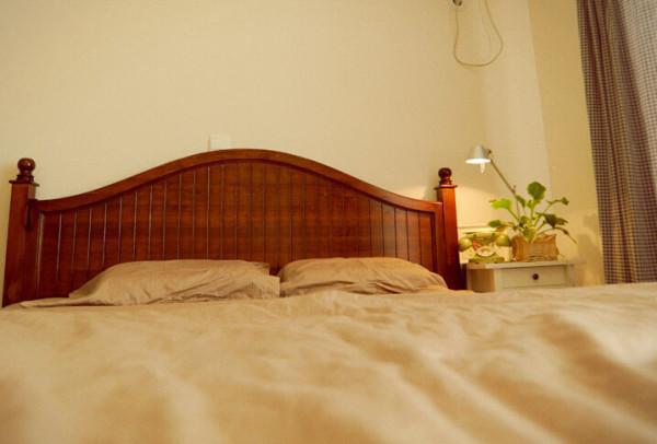 素色的、原木色的、清新绿色的,卧室内营造出了一个舒适的睡眠氛围