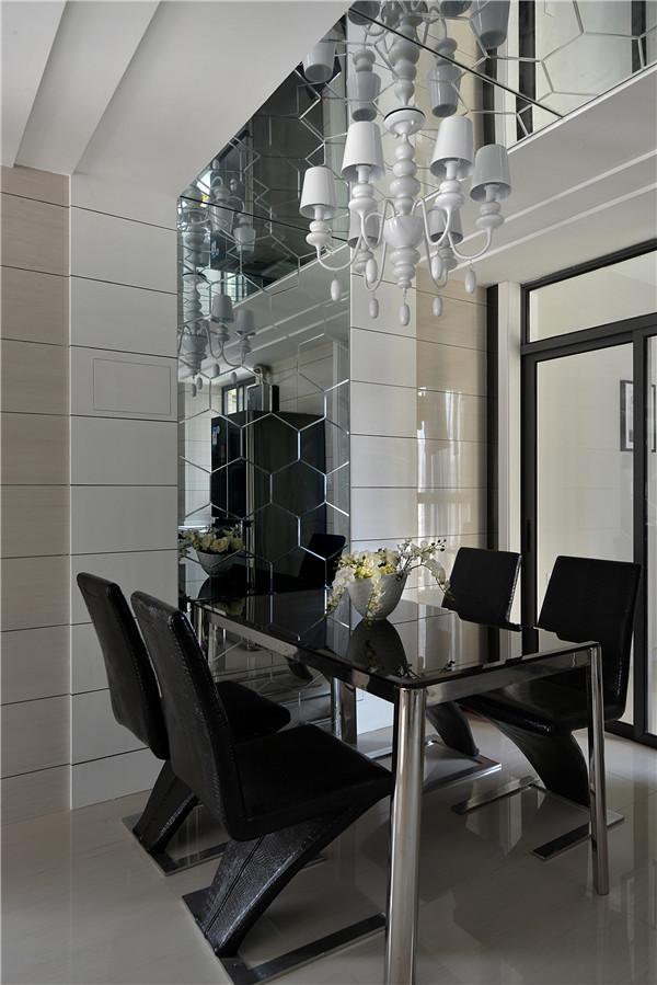 """餐厅背景多边形水银镜从墙面延续到天花,打乱固有的""""横平竖直"""",制造错乱的透视关系,让空间更加丰富。"""