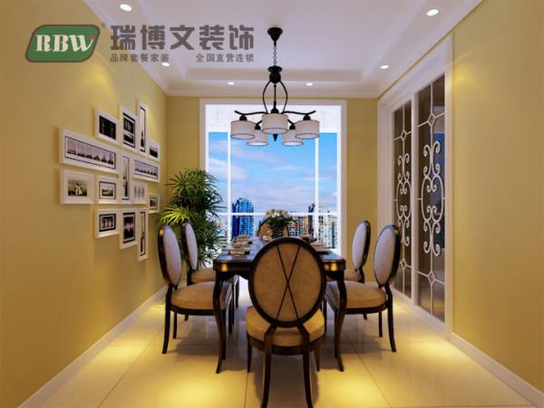 餐厅不做过多造型,只在顶面做简单的条形顶搭配顶角线装饰,墙面颜色选用暖色偏灰的色漆,增加食欲的同时不失温馨个性。