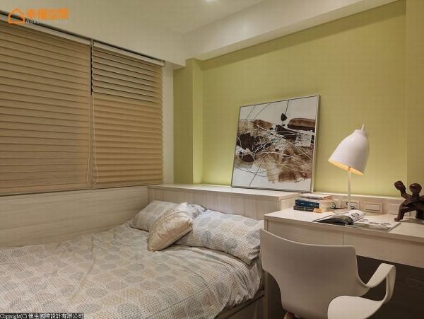 嫩绿色床头主墙与浅色系木皮,营造次卧房清新简单的温柔印象。