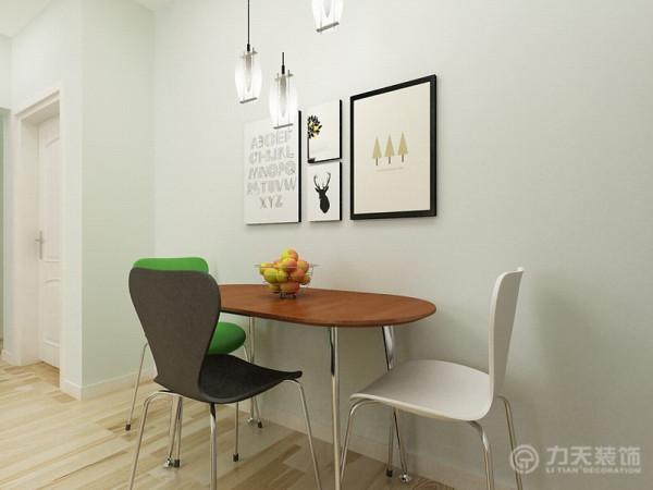 餐厅虽然面积较小,但也不失亮点,餐桌面为原木,桌腿为不锈钢,软硬材质的碰撞带来时尚感,餐椅为三个极具对比的色彩,丰富了氛围,同时与客厅色彩相呼应不显突兀。