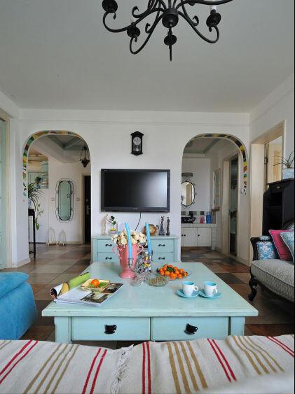 白色是这个空间的主要颜色,蓝色却点缀了客厅的清新、淡雅。