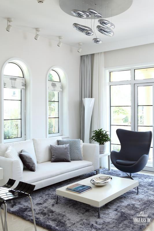 在配饰的选择上,线条简单、造型别致、富有创意和个性的饰品是业主一家的最爱,室内墙面、地面、顶棚以及家具陈设乃至灯具器皿等均以简洁的造型、纯洁的质地、精细的工艺为主要特征。