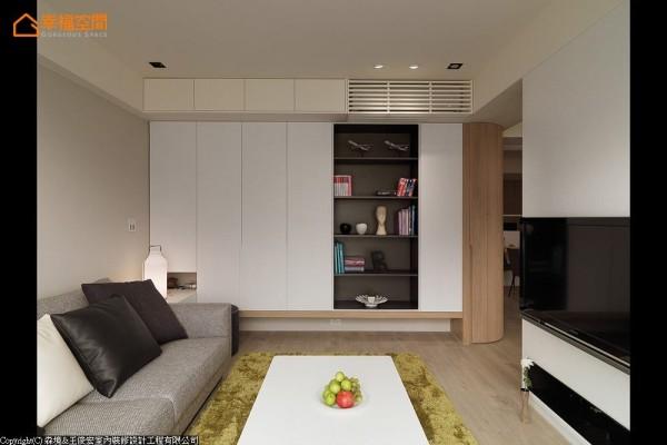 设计者充分运用客厅坪数,尺度狭小的基地也拥有完整表现。