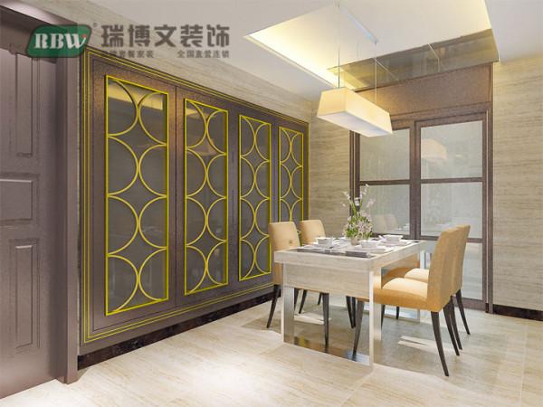 餐厅背景墙也是成品安装,镜面打底外饰镀金格栅板。整体简单大气,与入户玄关处相呼应,使之不单调。