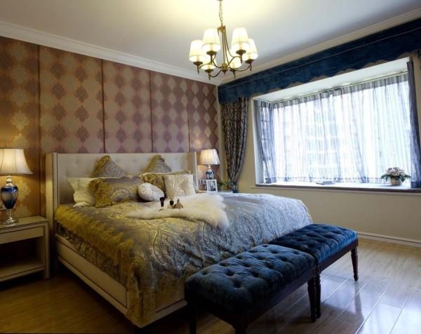 卧室的设计并没有过多的扩充空间的功能,更主要的是强调卧室的氛围感。