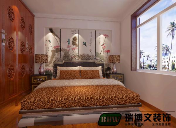 卧室床头背景墙选择壁画设计,清静无为、返璞归真、顺应自然。很好的表现了新中式的主题。简中式的衣柜,使空间更上档次。