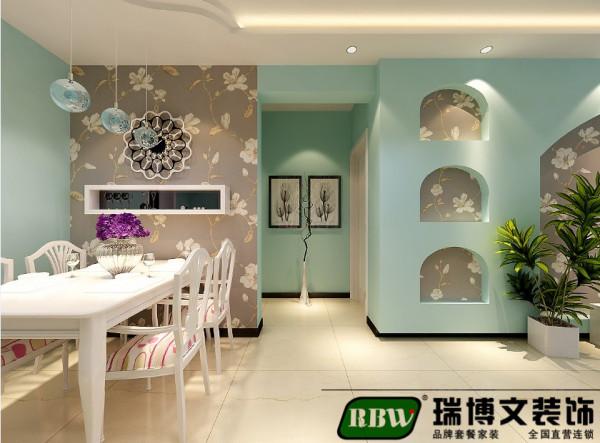 餐厅区域做了壁纸处理,单独的一个空间设计。在家具配置上,白亮光系列家具,独特的光泽家具倍感时尚,具有舒适与美观并存的享受。
