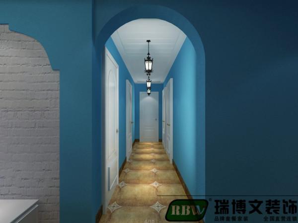 卧室走廊拱形门,经典石膏板拉缝,安装地中海吊灯。走廊有点长,做了一个搚缝横条纹吊顶