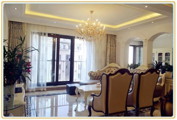 室内注重功能和实用性,书房、衣帽间丰富了空间空能。客厅与书房之间用拱形隔断将其分割,让空间通透且富有个性。合理的空间划分,让生活更加舒适。