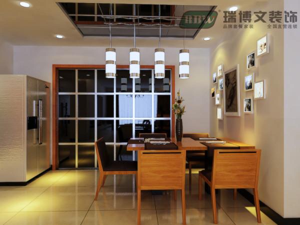 """2说明:     餐厅空间在合理运用空间的基础上采用木质桌椅、高透玻璃推拉门不锈钢边框、顶面选择黑色烤漆玻璃加上精致的现代简约小吊灯搭配,整个空间""""硬""""但很温馨。"""