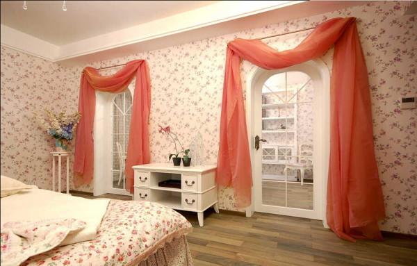 橙色为卧室加入了活泼的元素。