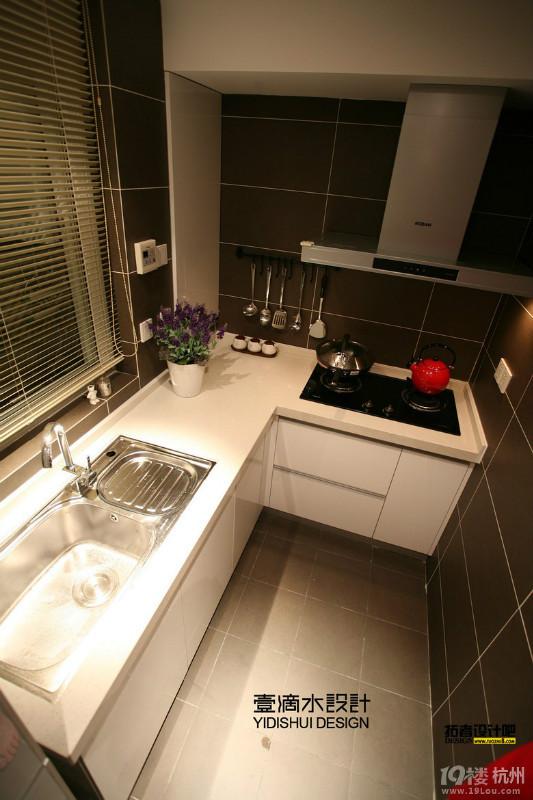 厨房:厨房的功能布局为L形布局,是厨房布局里面工作效率最高的的布置手法;厨房的空间不是很大,勉强可以满足基本的功能需要,后期可以用冷色调的墙砖、暖色调的橱柜来弥补空间过小给人带来的紧蹙感。