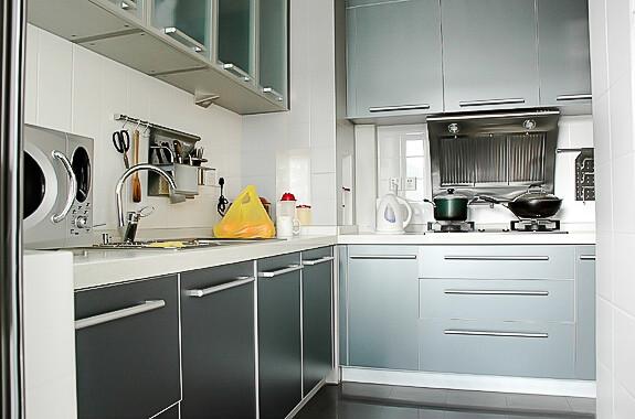 厨房就应该干净、整洁,所以业主选用了白色的墙砖,搭配浅灰色的整体橱柜也显得较为时尚。