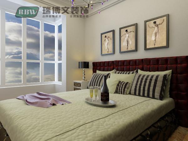 对于卧室来说不需要过多的造型来修饰了,顶面采用加宽的石膏线,整体上不会显的卧室的单调。