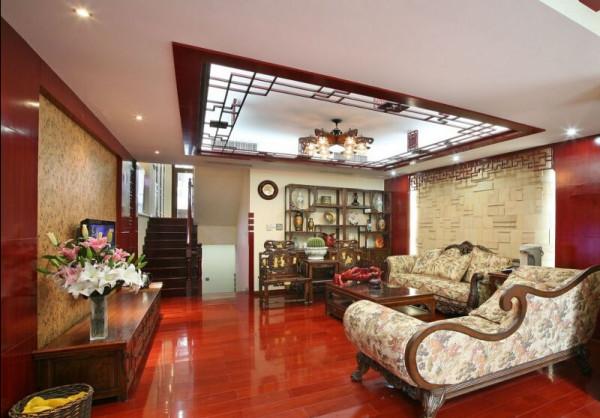 客厅的欧式古典的沙发和和官帽椅两两相对。