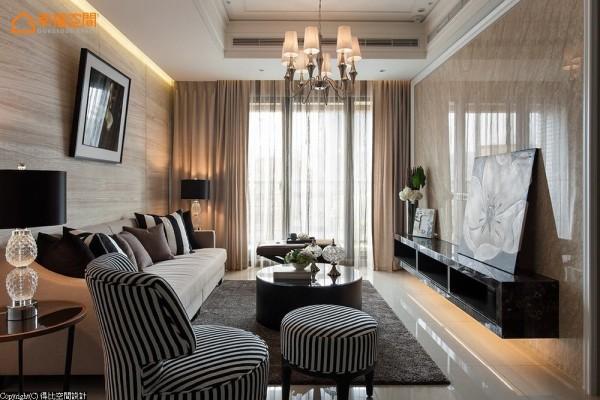 舒适的客厅洋溢着时尚饭店风,设计师使用烤漆、大理石等质材,让居家空间大器又舒适。