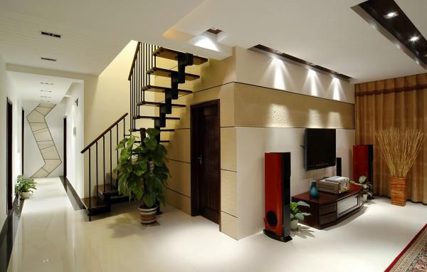 """客厅走廊的尽头用""""S""""型的木框架作为造型,具有空间的引导性,再加上楼梯间墙面采用哑光砂岩石,含蓄而不失贵气,并增加了一些温暖感,更使一二楼紧密联系起来。"""