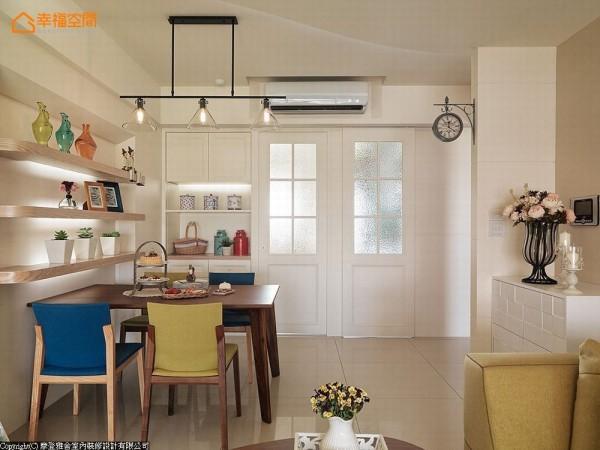 在设计师拉齐客房与厨房墙面后,藉由对称格子窗的规划,让出方整的用餐空间。