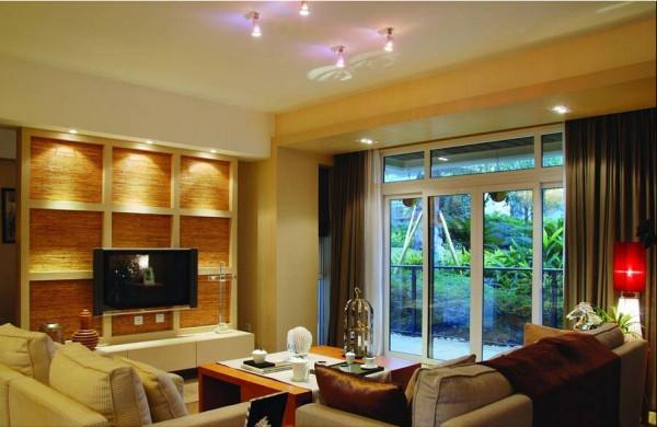 电视背景墙是可以移动的推拉门形式。