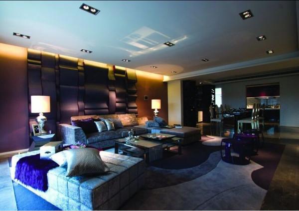 客厅内的座椅、茶几及活动地毯等也是以这种造型配合马毛及不锈钢等饰面使室内看来既传统又现代化。